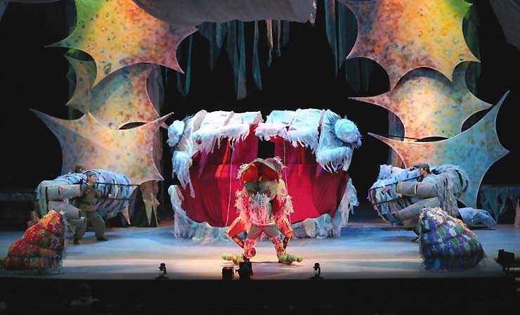8月の人形劇フェスタで上演した巨大人形劇「さんしょううお」の舞台