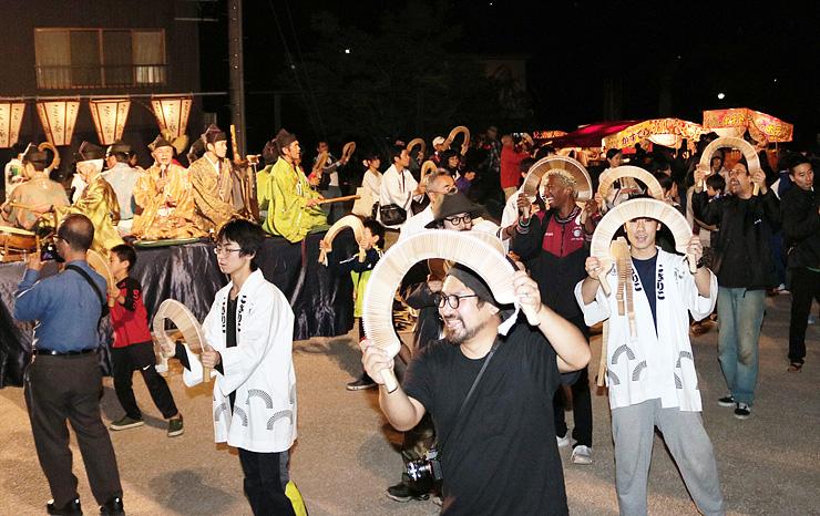 こきりこの旋律に合わせ、心行くまで輪踊りを楽しむ観光客=南砺市上梨