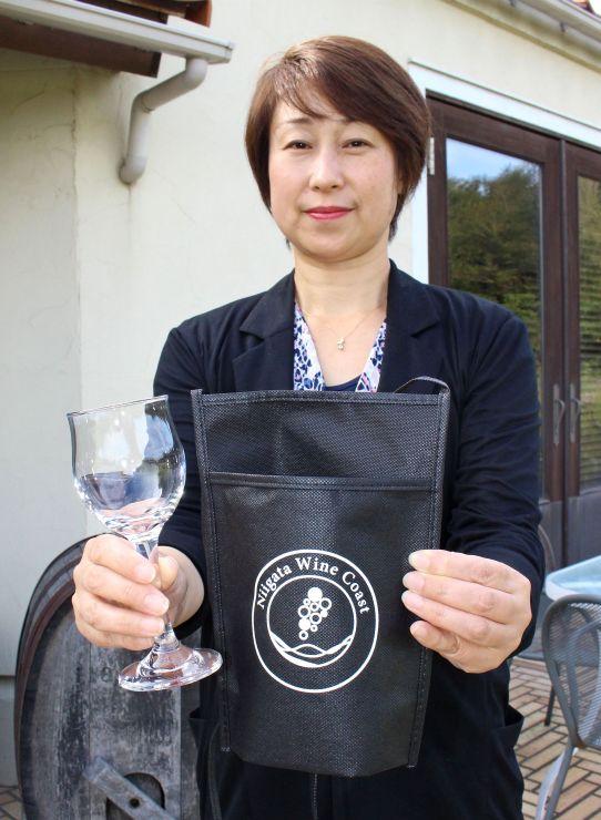 テイスティングラリーのために用意されたグラスとネックホルダー=新潟市西蒲区越前浜
