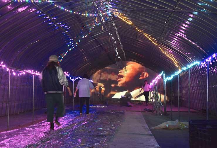 異彩を放つビニールハウス。内部で流す音楽や光の反射具合の調整など、芸術祭の開幕当日まで作業が続く