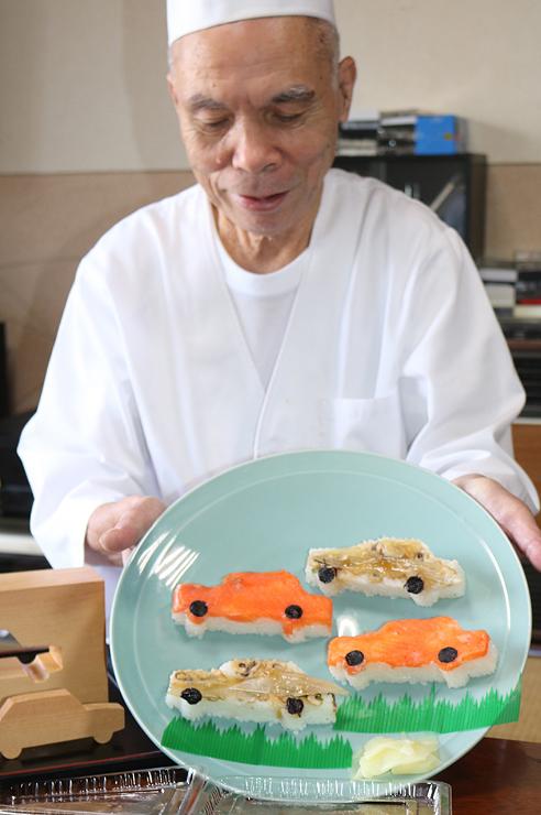 吉江さんが手にする車ヶ寿司とアナゴカー寿司