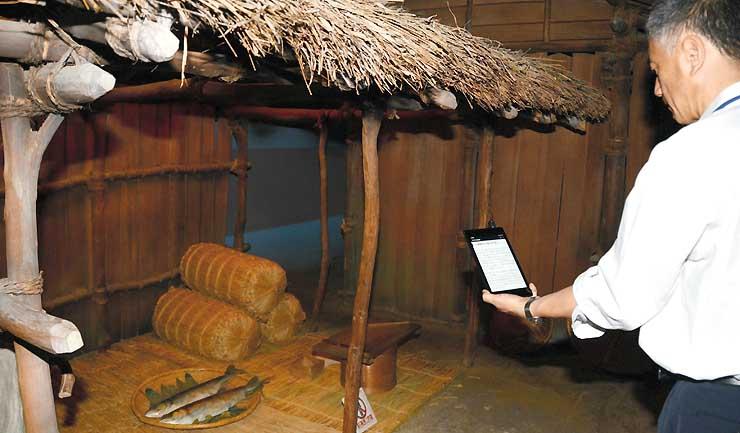 鎌倉時代の善光寺門前を復元した県立歴史館の常設展示室。展示説明を受信したタブレット端末を手に展示を見て回ることができる