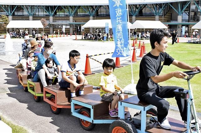 高校生が作った乗り物に乗って楽しむ来場者=30日、福井県坂井市の県児童科学館