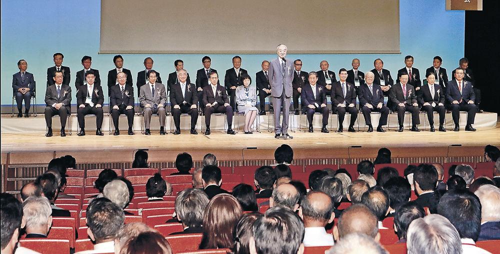 舞台上で紹介される30人の旧藩当主。中央はあいさつする德川宗家18代当主の德川氏=金沢市の石川県立音楽堂邦楽ホール