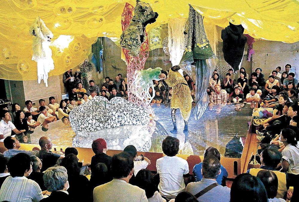 芸術祭のアート作品で繰り広げられたダンスパフォーマンス=珠洲市の旧飯塚保育所