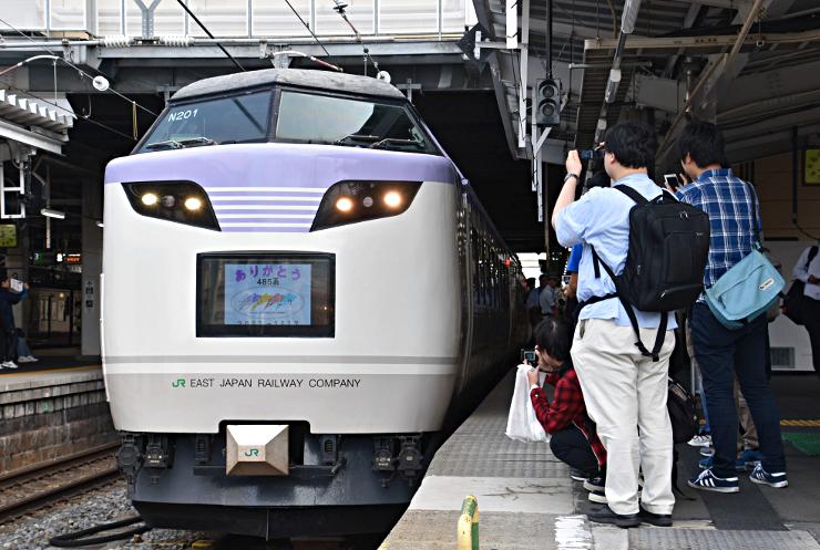 ラストラン前の「いろどり号」を撮影する鉄道ファンら=長野市のJR長野駅