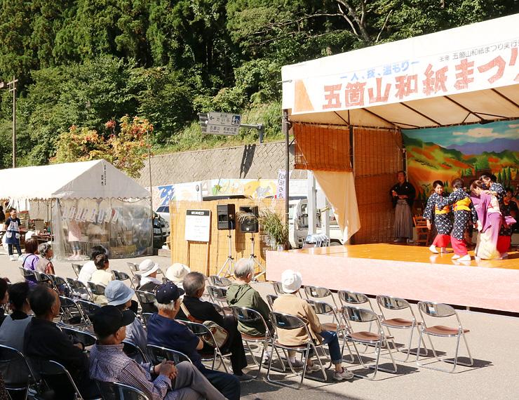 五箇山民謡のステージ発表などが繰り広げられたまつり