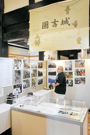 これまでのイベントの歩みや寄せ書きを展示するトピックス展=26日、福井県美浜町国吉城歴史資料館