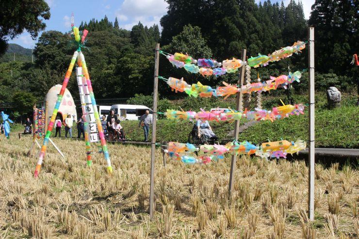 廃材を生かした作品が田んぼを彩る里山アート展=30日、阿賀町