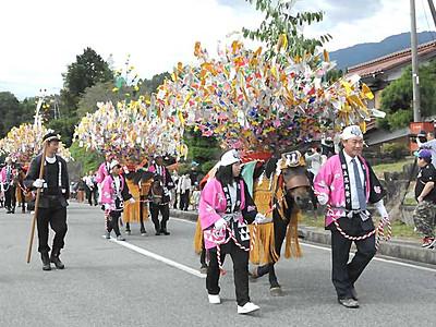 華やか木曽馬、集落練り歩く 南木曽「花馬祭り」