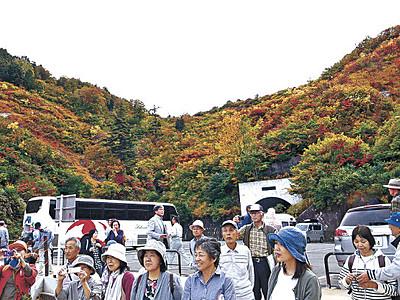 紅葉のホワイトロード 白山、秋空に映える