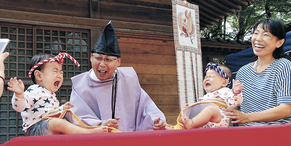 元気いっぱいに泣き声を上げる赤ちゃん=輪島市河井町の重蔵神社
