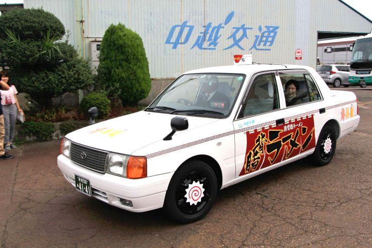 運行を開始した背脂ラーメンタクシー=2日、三条市の中越交通
