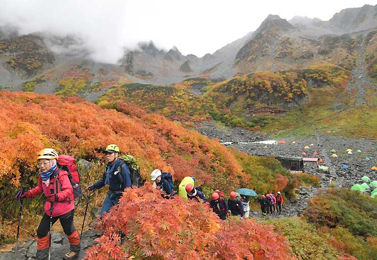 雨にぬれて彩りを増す北アルプス涸沢の紅葉=2日午前9時19分