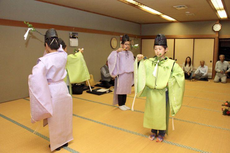 「神楽in笹川邸」に向けて練習に励む児童=新潟市南区