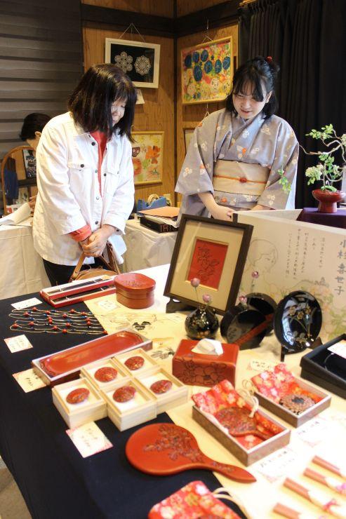 村上木彫堆朱に携わる女性職人の作品が並んだ展示会=4日、村上市上町