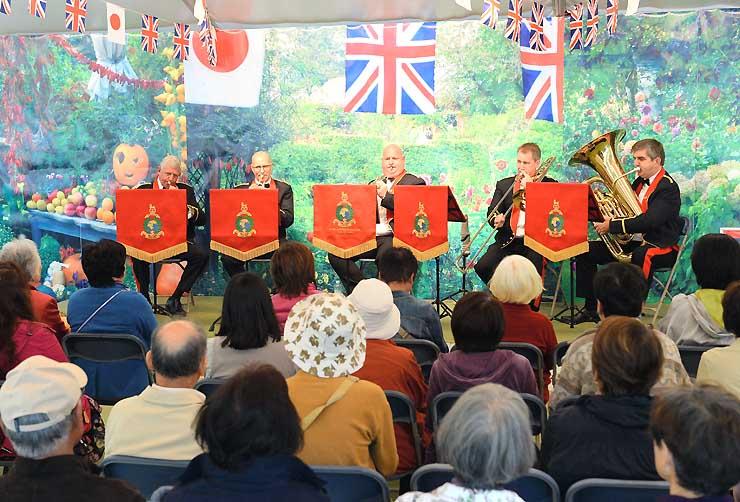 英国のブラスバンドによる演奏を大勢の来場者が楽しんだ