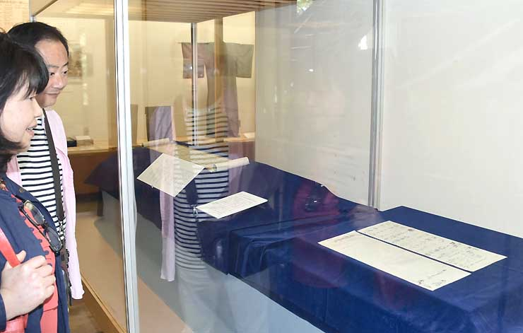 約100年ぶりに確認された真田昌幸の書状の原本(右)。上田市立博物館で特別展示している
