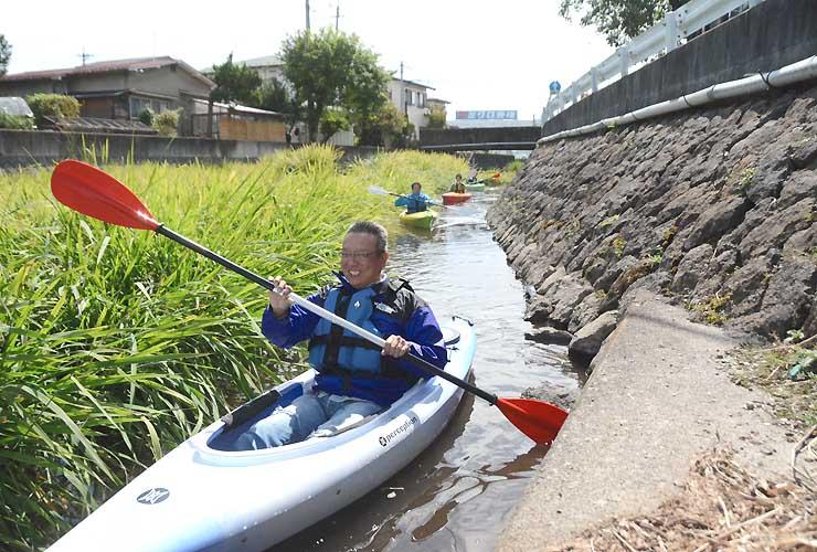 諏訪市の中門川を進む、カヌー体験会の参加者たち