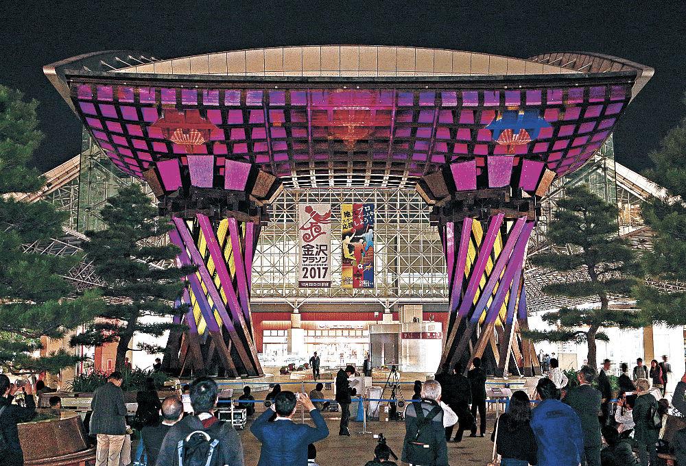 幻想的な光と映像が投影された鼓門=金沢駅