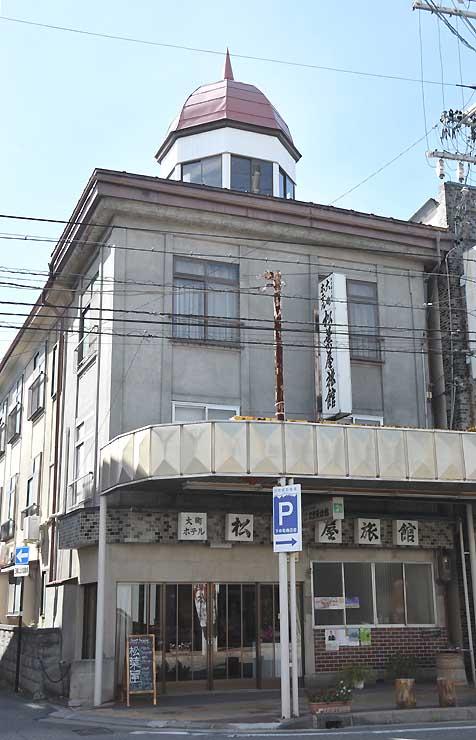 ゲストハウスとして再出発した松葉屋旅館。八角形の望楼が目を引く