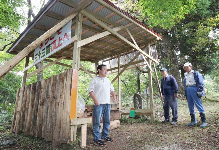 霊場に完成したあずまやと地元住民=2日、長岡市小国町千谷沢の西国三十三番霊場