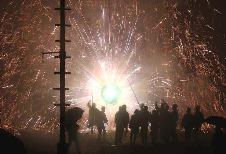 雨の中、上清内路の諏訪神社に奉納された「手作り花火」=6日午後7時58分、阿智村清内路