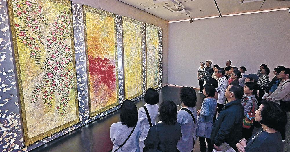 「四季彩花」を鑑賞する来場者=金沢21世紀美術館
