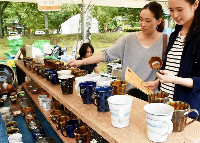 多彩な陶磁器が並んだ越前秋季陶芸祭=7日、福井県越前町小曽原の越前陶芸村