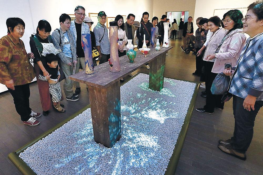 鶴太郎さんの作品がつくり出す幻想的な世界を楽しむ来場者=金沢21世紀美術館