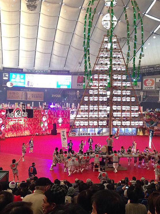 多くの観衆の前で引き回されるたてもん=2015年1月、東京ドーム