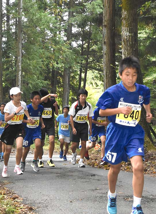 山の中を汗だくになって、ゴールを目指して走った