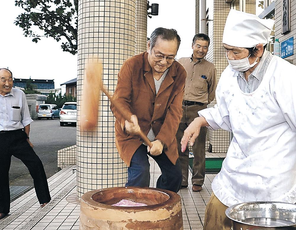 餅をつく仲代さん(中央)=七尾市豊川公民館