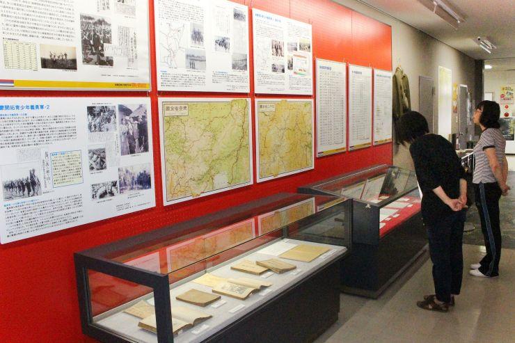 当時の新聞記事や写真で刈谷田郷開拓団の歴史を伝える特別展「見附と満蒙開拓団」=見附市学校町2