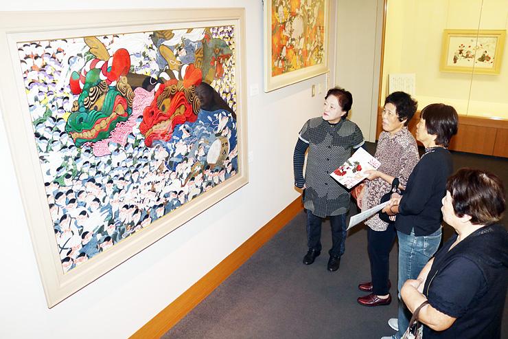 新たに展示された「唐津くんち」を眺める来場者=県水墨美術館