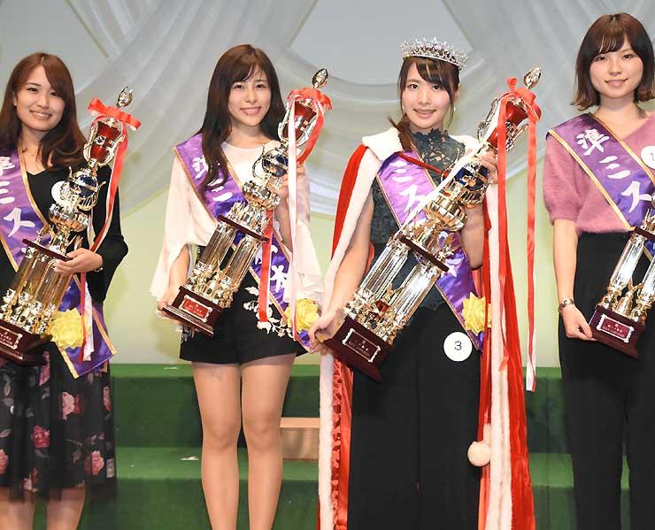 2018年度ミス松本に選ばれた田中さん(右から2人目)と準ミスの3人