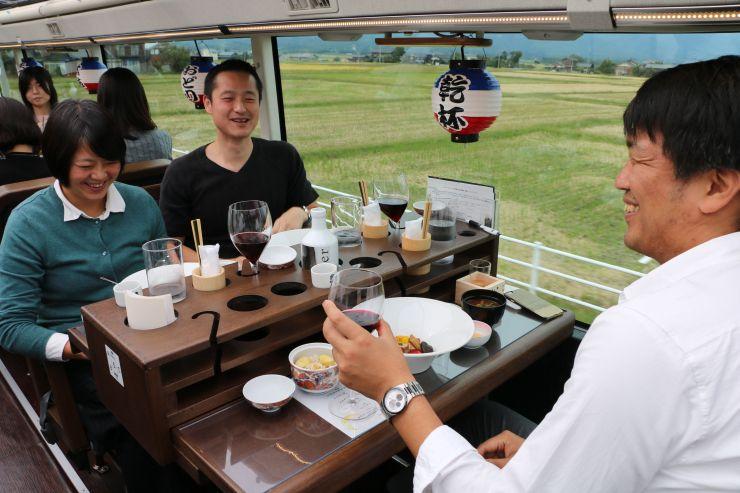 バスの車内で料理を味わう乗客=佐渡市