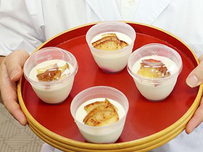 豆乳でレアチーズ、地元産焼きりんご添え 氷見の豆腐店