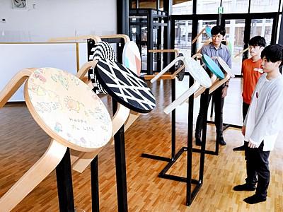 新施設で椅子作品披露 福井工大生制作