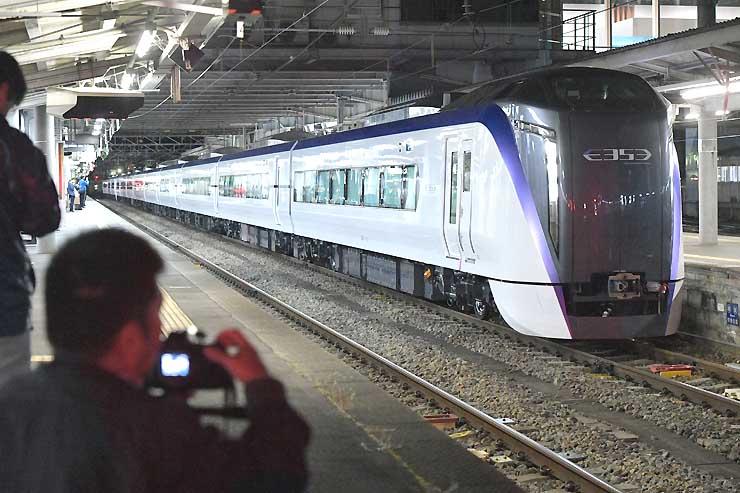 松本駅に到着した「スーパーあずさ」新型車両の量産車=12日午後8時57分
