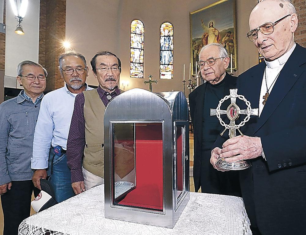 15日から公開される右近の聖遺物と安置箱=金沢市のカトリック金沢教会