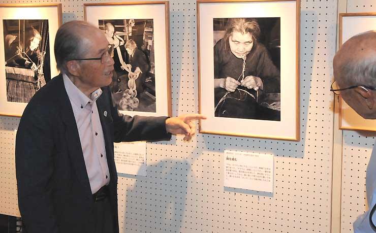 御料館で、自身の作品を説明する沢頭さん(左)