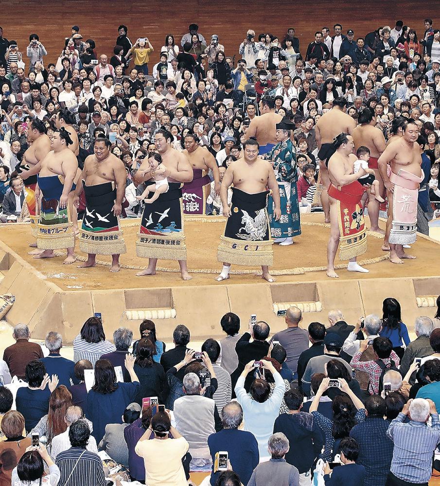 色とりどりの化粧まわしが並んだ幕内土俵入り=金沢市総合体育館