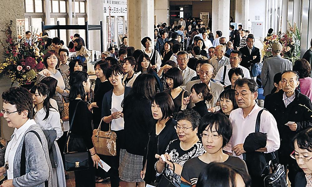 開演を心待ちにする大勢の観客