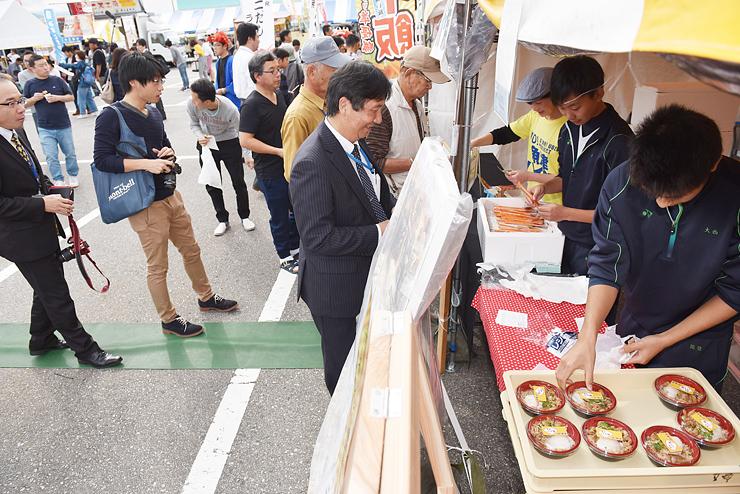 多くの人でにぎわった地元魚津の「バイ飯」の販売コーナー=海の駅蜃気楼
