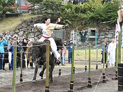 迫力演武「上田城流鏑馬」 2000人が楽しむ