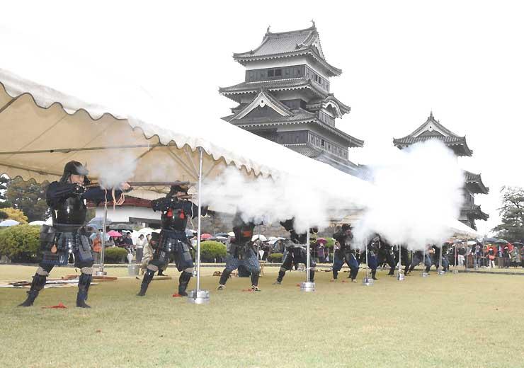 火縄銃で空砲を放ち、ごう音を響かせる松本城鉄砲隊