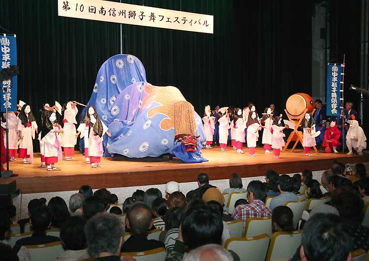 雨のため、飯田市公民館で開いた第10回南信州獅子舞フェスティバル。ステージ上で各団体の獅子が勇壮に舞った