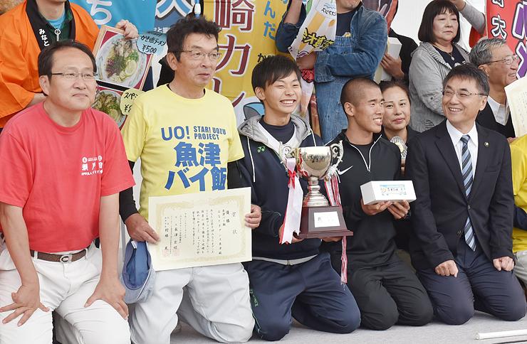 優勝した地元魚津市の浜住専務理事(左から2人目)ら=海の駅蜃気楼