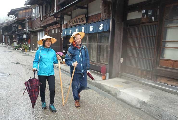 奈良井宿を散策するモニターツアーの参加者ら
